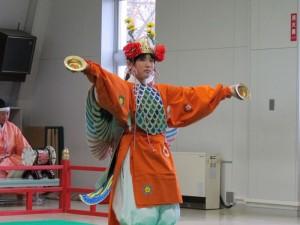 舞楽「迦陵頻」 舞人は同校の6年生