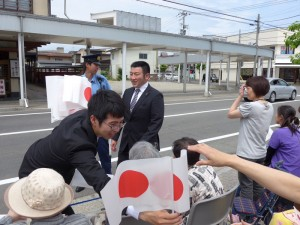 東北六県神青協会員による国旗小旗の配布